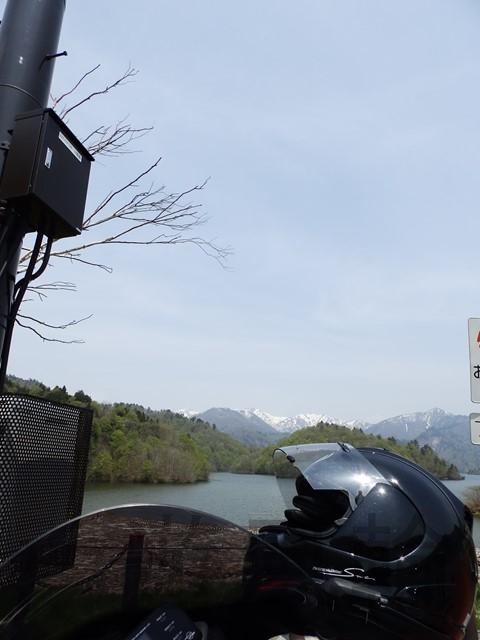 雪山とダム湖